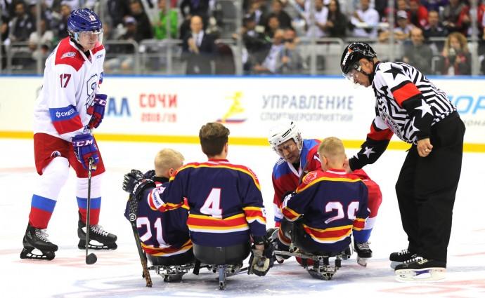 Мальчишки из детской команды по следж-хоккею «Тропик»