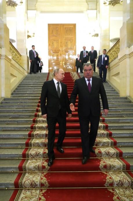 Владимир Путин и Эмомали Рахмон спускаются по лестнице