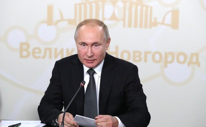 Путин на совещании крупным планом
