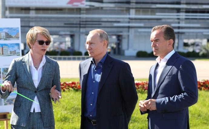 Елена Шмелева рассказывает Президенту РФ о планах развития центра