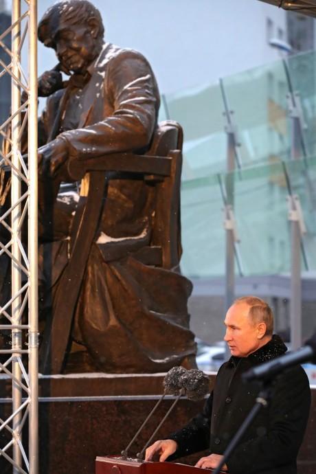 Выступление Путина на фоне памятника Даниилу Гранину