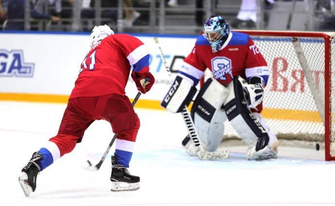 Владимир Путин забивает шайбу в ворота