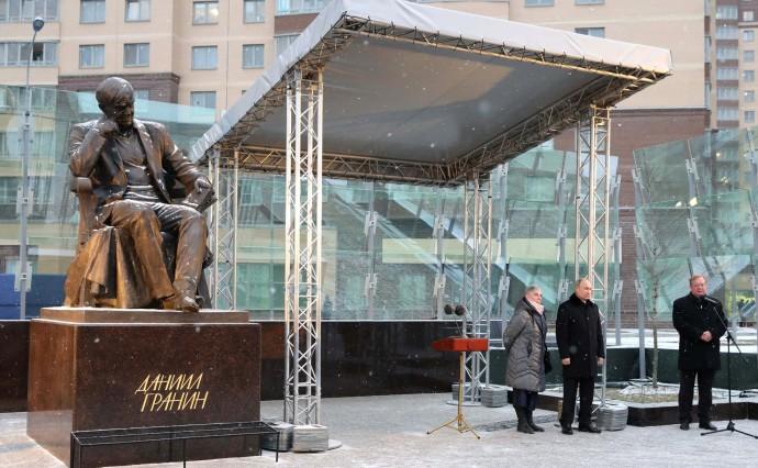 На церемонии открытия памятника Даниилу Гранину