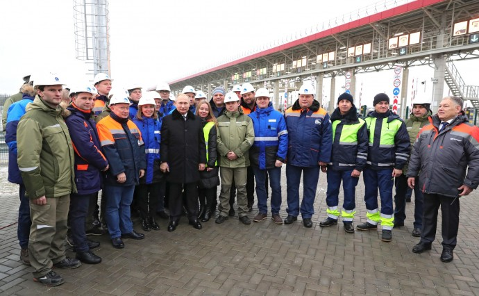 Общее фото Путина со строителями дороги М11
