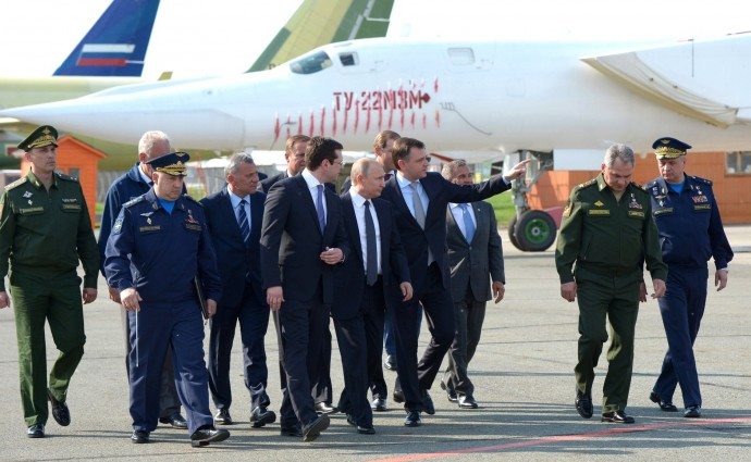 Во время осмотра авиатехники в ходе посещения Казанского авиационного завода имени С.П.Горбунова.