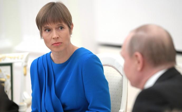 Президент Эстонской Республики слушает Путина