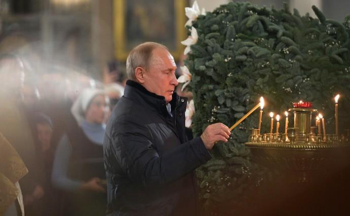 Путин зажигает свечу в Спасо-Преображенском соборе