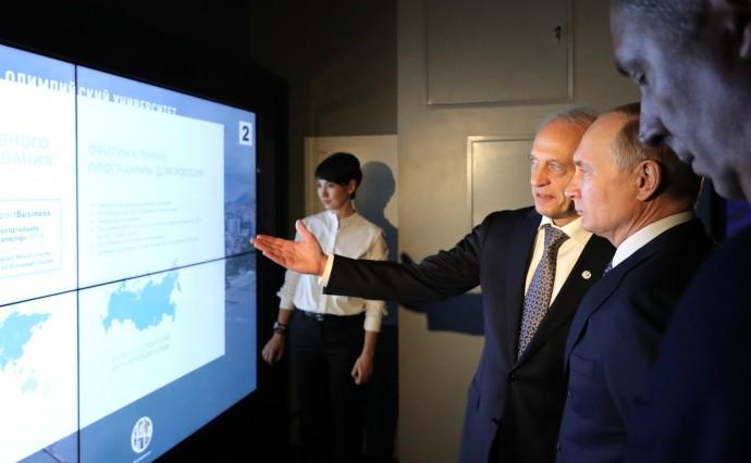 Путин с ректором университета Львом Белоусовым