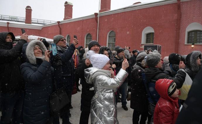 Жители города и многочисленные туристы фотографируют Путина
