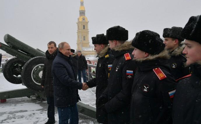 Путин приветствует воспитанников Суворовского училища