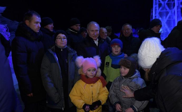 Фото с посетителями фестиваля ледовых скульптур