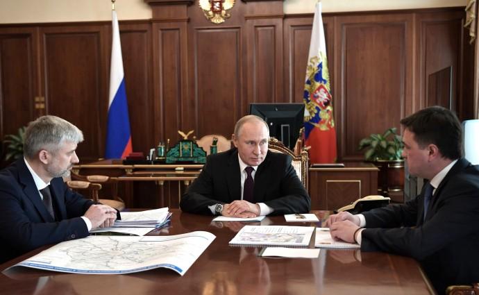 Путин с Министром транспорта Евгением Дитрихом (слева) и губернатором Московской области Андреем Воробьёвым