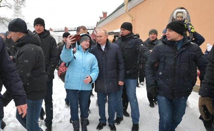 Путин сфотографировался с жителями города