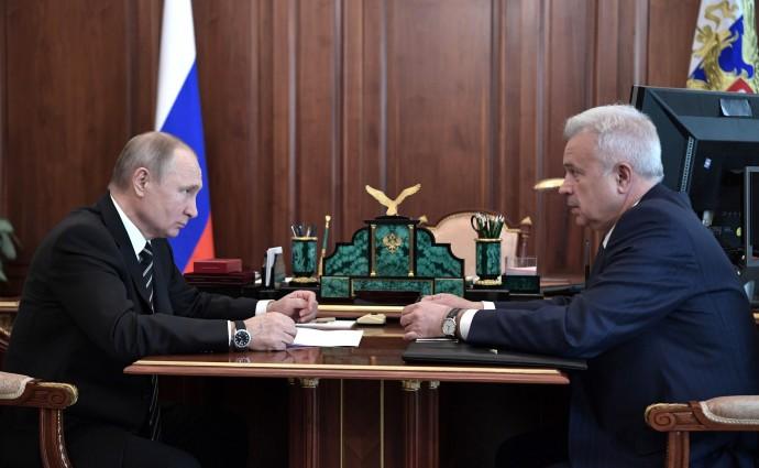 Владимир Путин и Вагит Алекперов за одним столом