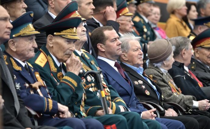 Медведев в окружении ветеранов на военном параде