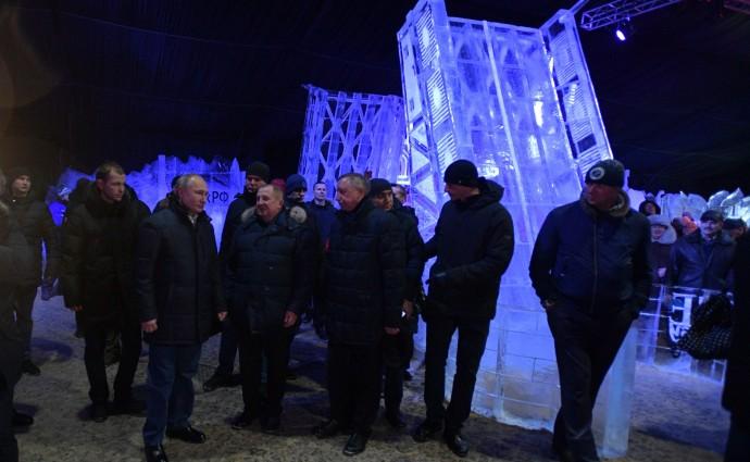 Президент на фоне ледовой скульптуры моста