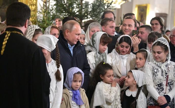 Президент в окружении детей на Рождественском богослужении