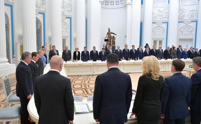 Минута молчания в память о жертвах авиаинцидента в аэропорту Шереметьево