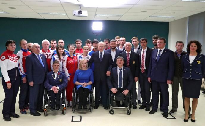 Общее фото со спортсменами-паралимпийцами, членами сборных России