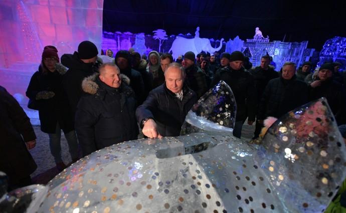 Путин загадывает желание у большой ледяной свиньи-копилки