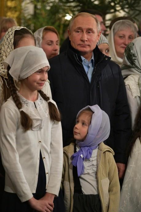 Счастливые дети рядом с Президентом в Спасо-Преображенском соборе