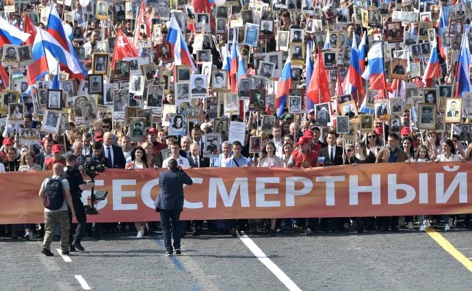 Репортеры снимают шествие акции «Бессмертный полк»