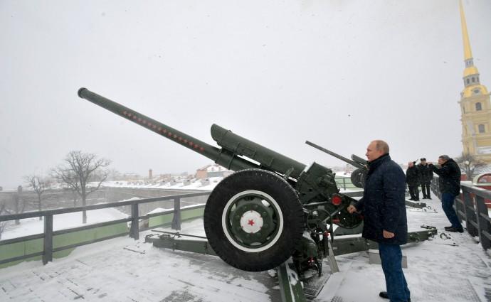 Владимир Путин произвел традиционный полуденный выстрел из пушки