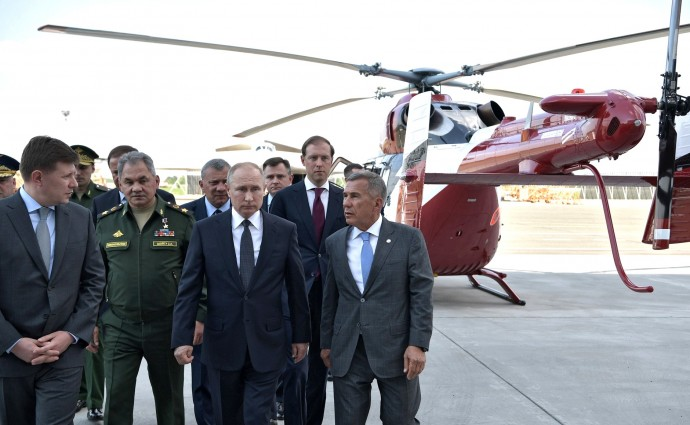 Во время осмотра авиатехники в ходе посещения Казанского авиационного завода
