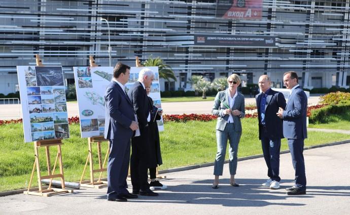 Владимир Путин знакомится со стендом образовательного центра «Сириус»
