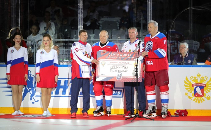 Владимир Путин и Александр Якушев вручают приз