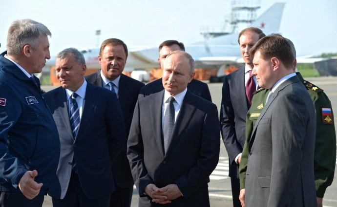 Во время осмотра авиатехники в ходе посещения Казанского авиационного завода имени С.П.Горбунова