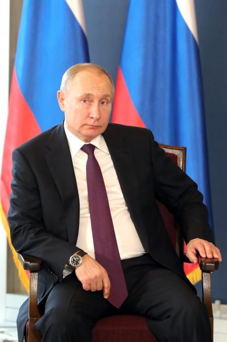 Владимир Путин слушает Президента Сербии
