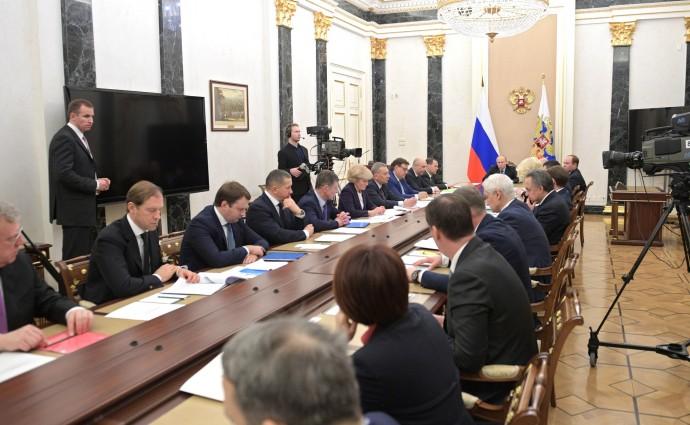 Путин проводит совещание с членами Правительства.