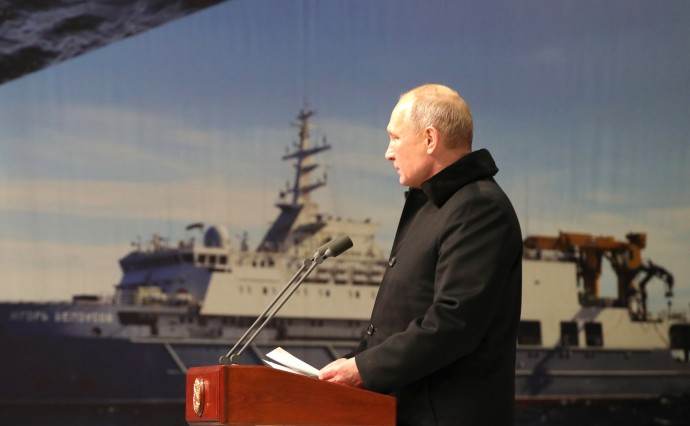 Президент на фоне корабля