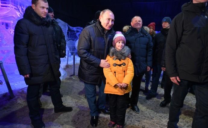 Фотография с девочкой на фестивале ледовых скульптур