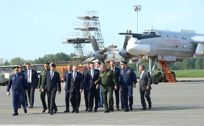 Владимир Путин осматривает авиатехнику