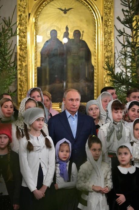 Владимир Путин на фоне иконы