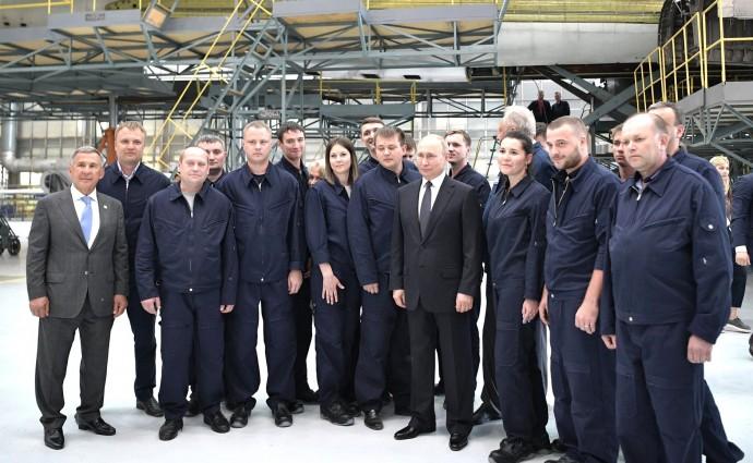 Общее фото с работниками Казанского авиационного завода имени С.П.Горбунова