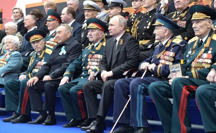 Президент РФ в окружении ветеранов на военном параде