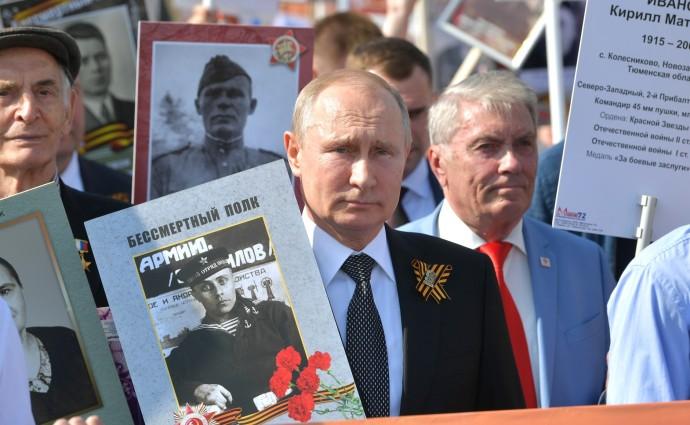 Владимир Путин с фотографией отца-фронтовика