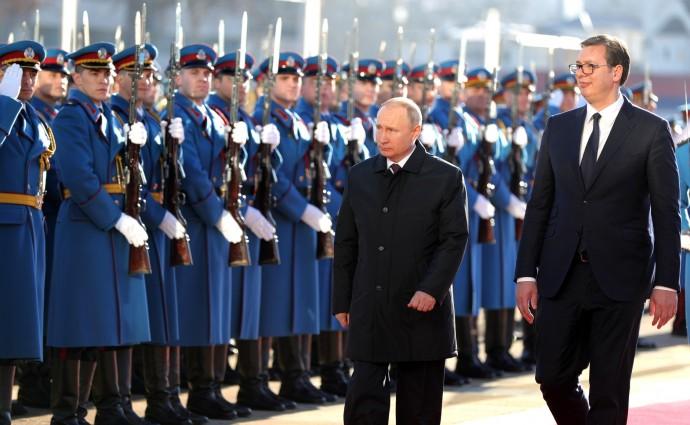 Президенты России и Сербии на фоне солдат