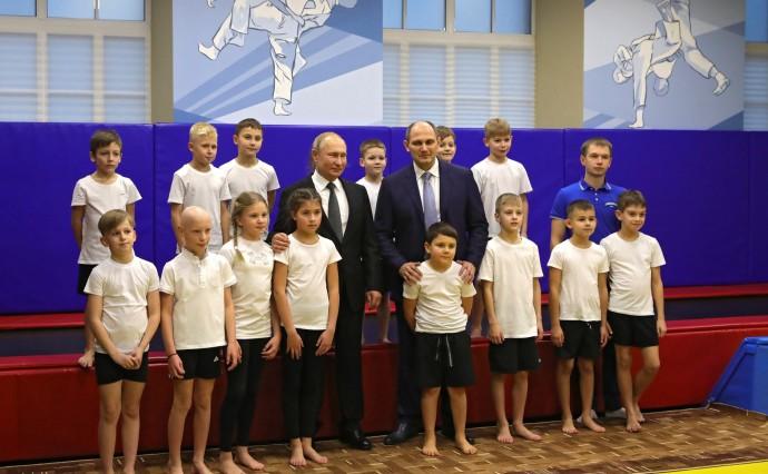 Президент с мальчишками из клуба дзюдо «Турбостроитель»