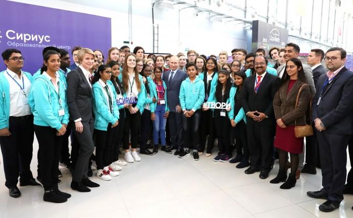 Общее фото Путина с учащимися центра «Сириус»