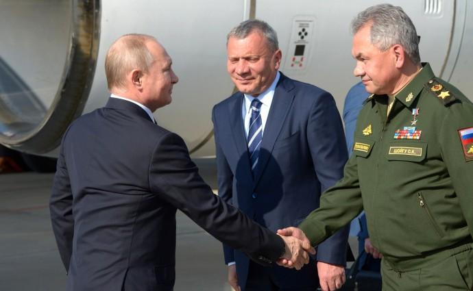 Министр обороны Сергей Шойгу приветсвует Путина