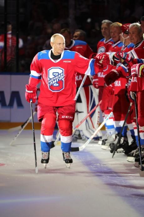 Президент приветствует участников гала-матча «Ночной хоккейной лиги»