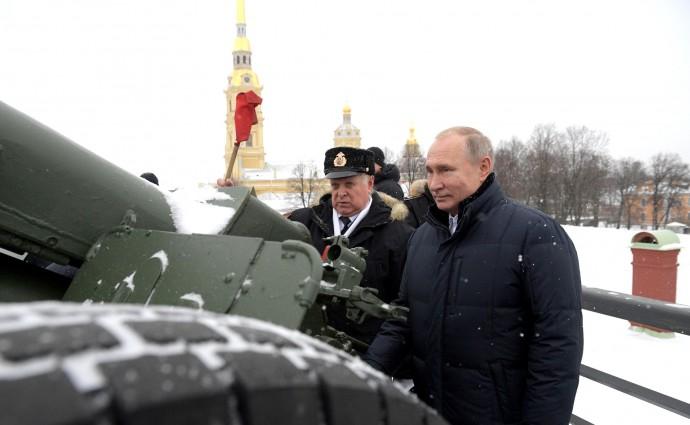 Владимир Путин и Владимир Бендет у пушки в Петропавловской крепости