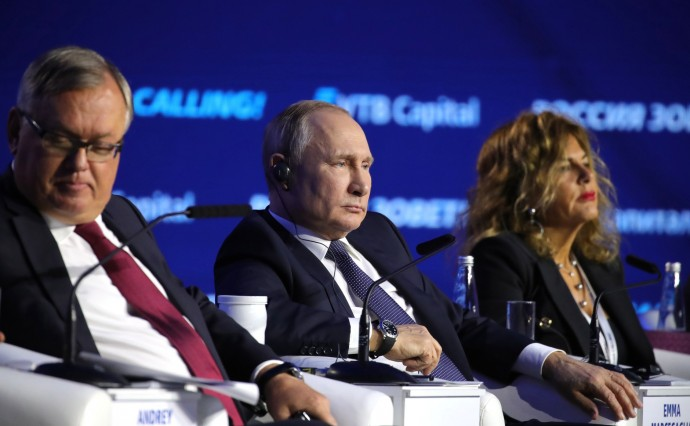 Путин с президентом – председателем правления ПАО «Банк ВТБ» Андреем Костиным и председателем Совета директоров ЕНИ (Италия) Эмм