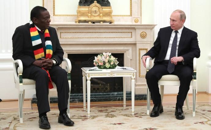 Владимир Путин общается с Эммерсоном Мнангагвой