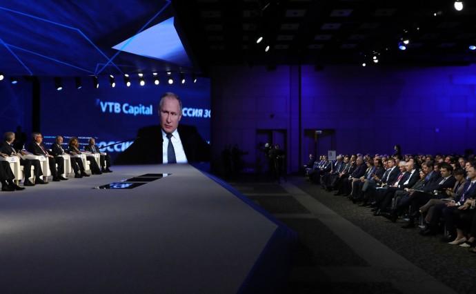 Президент крупным планом на экране форума