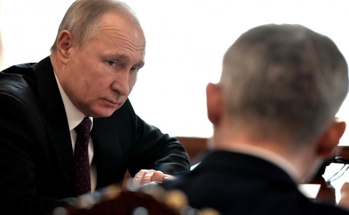 Владимир Путин слушает Министра транспорта Евгения Дитриха